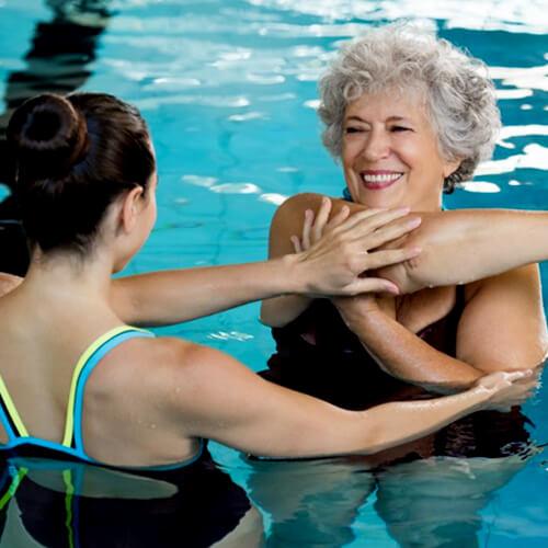 mulher-fazendo-exercícios-de-hidroterapia-na-piscina